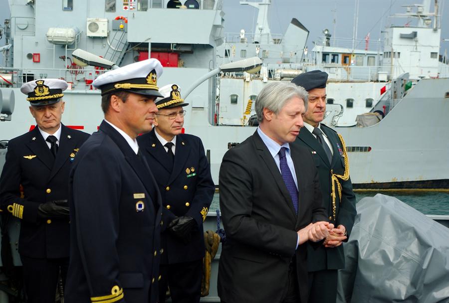 Slovenski veleposlanik Mirišič obiskal ladjo Triglav