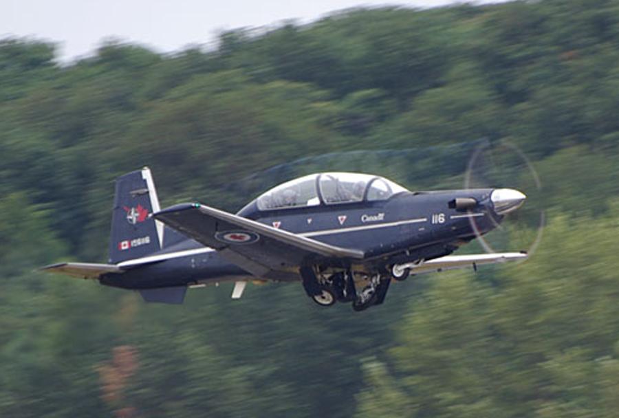 Kanadsko šolsko letalo CT-156 harvard II ob pristajanju
