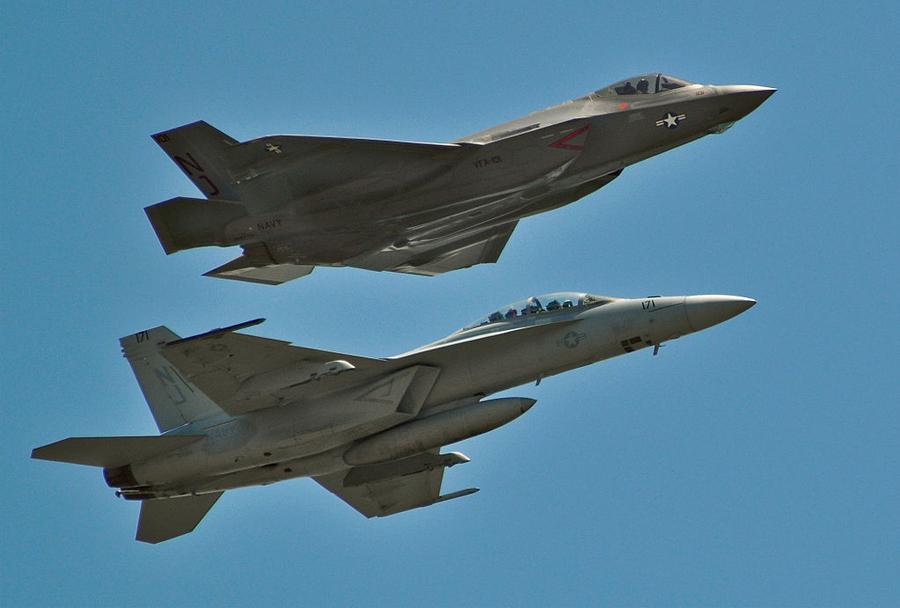 Ameriška lovca F-18 in F-35