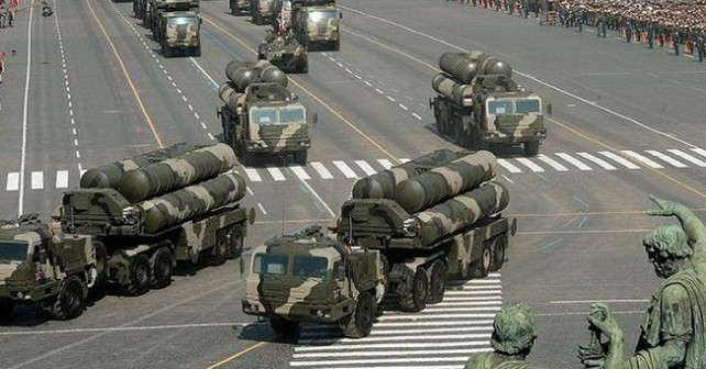 Raketni sistemi S-400 na Rdečem trgu v Moskvi