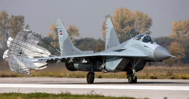 Srbski lovec MiG-29 ob pristanku