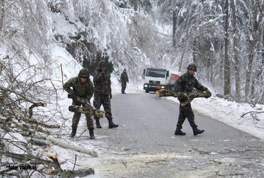 Ujma februar 2014: pripadniki Slovenske vojske odstranjujejo ovire na cesti