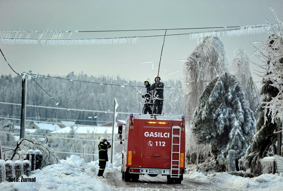 Ujma februar 2014: gasilci čistijo žled