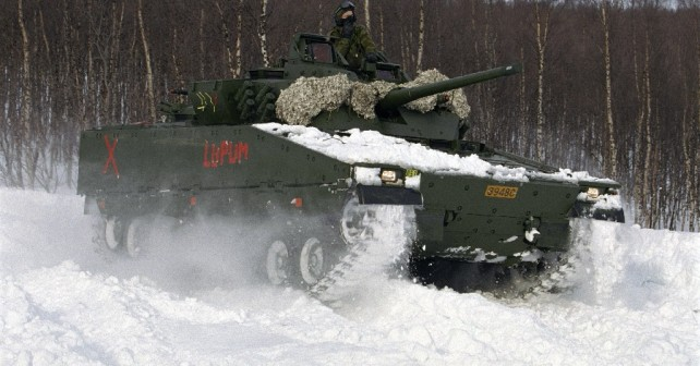 Norvesko oklepno vozilo CV90 v snegu