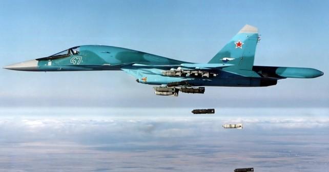 Ruski lovski bombnik Suhoj Su-34 med bombardiranjem