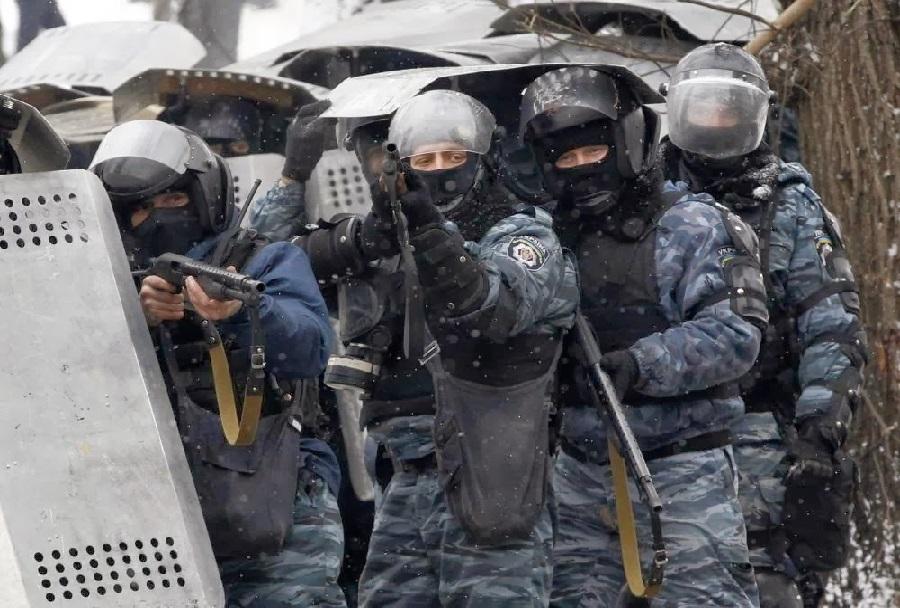 Pripadniki specialne policijske enote berkut med protesti v Ukrajini