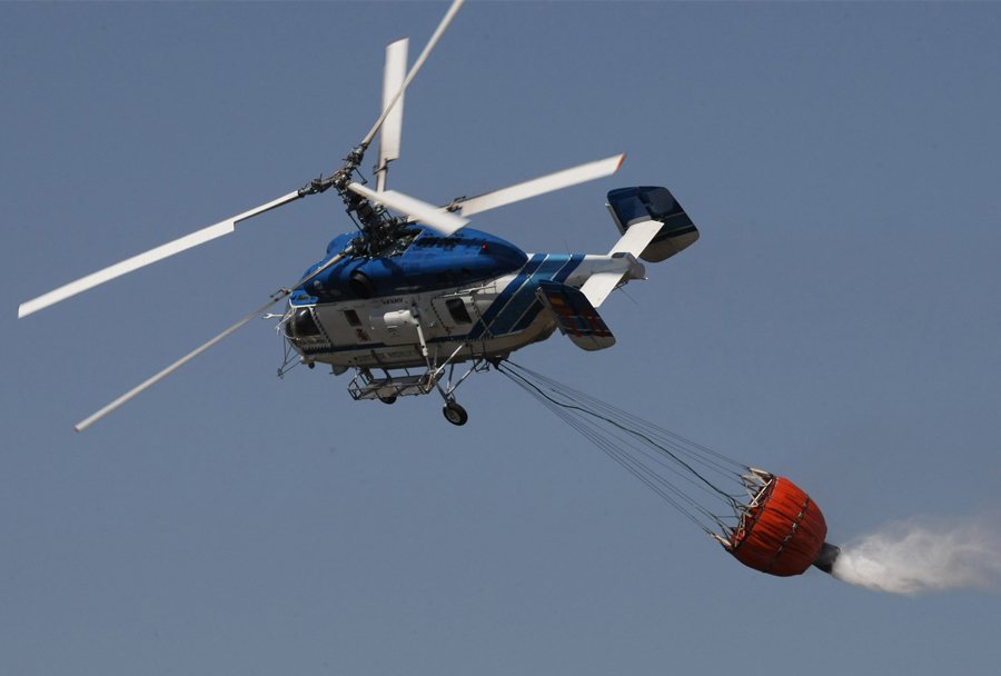 Ruski reševalni helikopter Ka-32A11BC med gašenjem požara