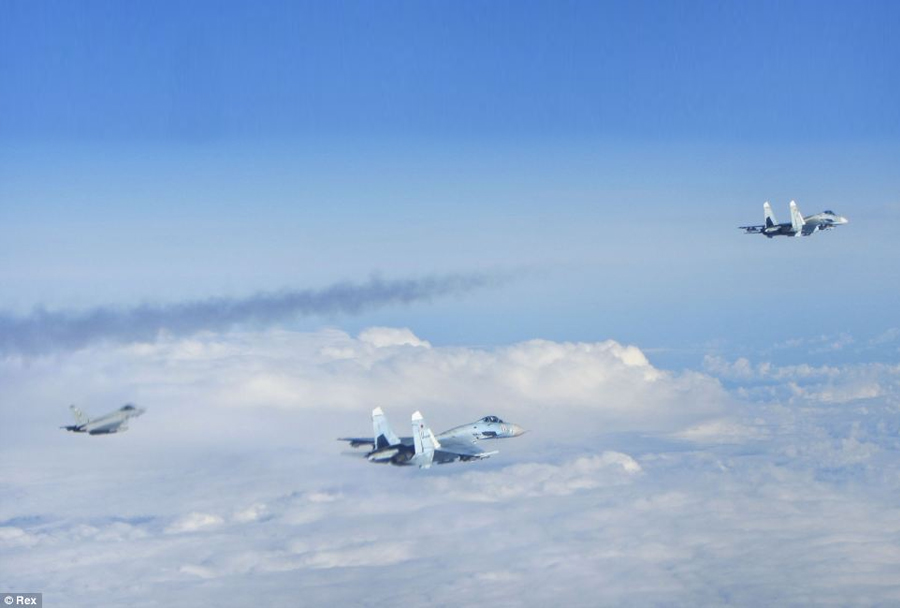 Ruska-lovca-Suhoj-Su-27-in-britanski-Eurofighter-typhoon-nad-Baltikom