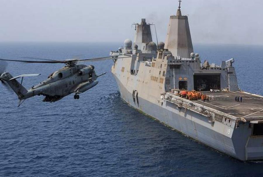 Helikopter CH-53 super stallion in amfibijska ladja USS Mesa Verde