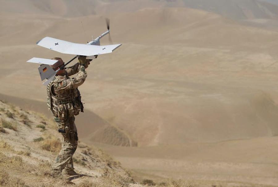 Nemški vojak z brezpilotnim letalom ETM aladin