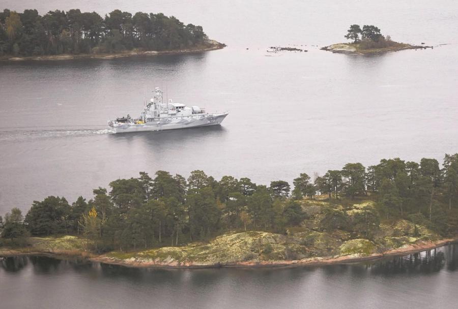 Švedske vojaške ladje iščejo tujo podmornico