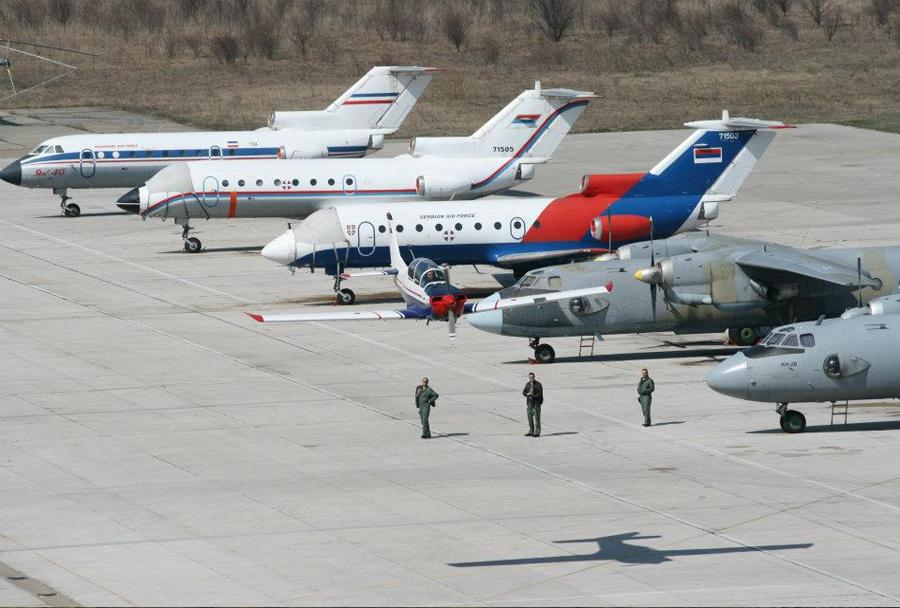 Srbska transportna vojaška letala An-26 in Jak-40