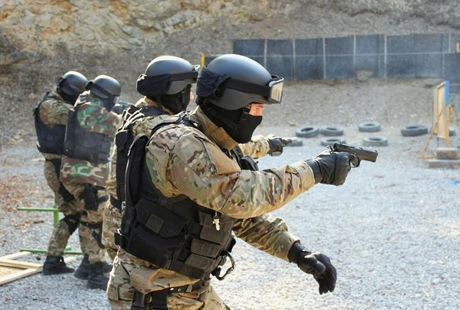 ruski specialci s polavtomatsko pištolo MP-443 grach