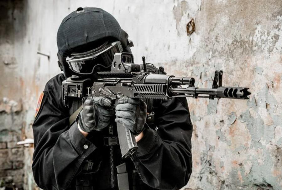 pripadnik Spetsnaza z jurišno puško kalašnikov  AK-74M