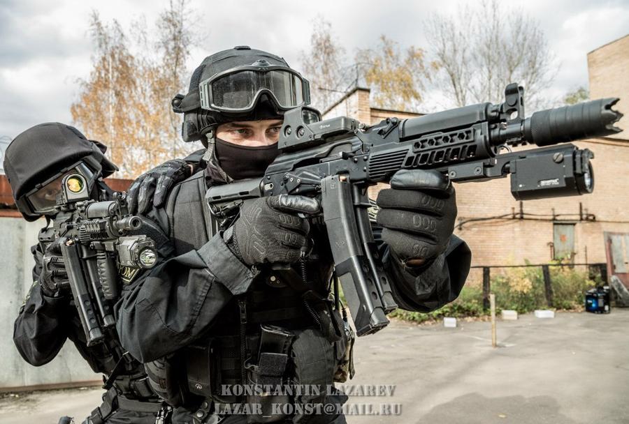 pripadnika Spetsnaza z jurišno puško kalašnikov  AK-74M