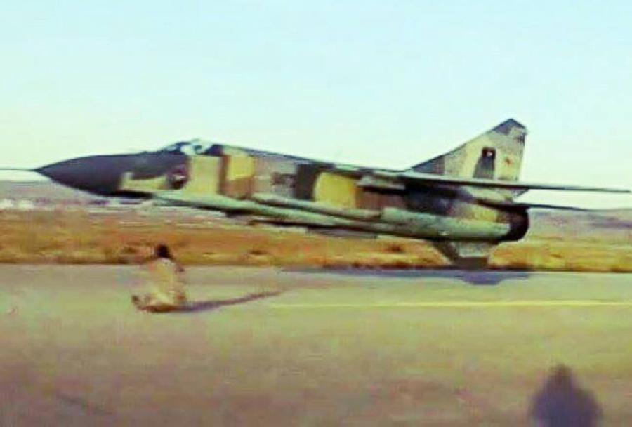 nizek prelet lovca MiG-23 - Libija