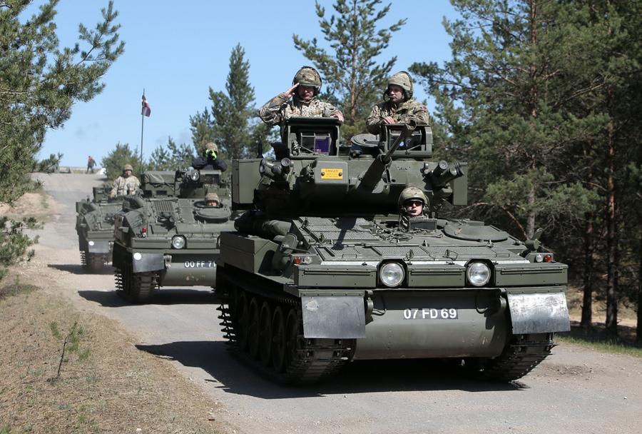 Litovska vojska z oklepniki CVR-T FV103 spartan