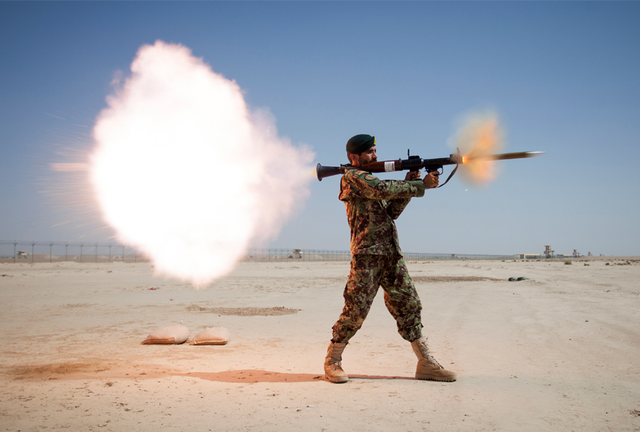 afganistanski-vojak-z-raketometom-RPG-7