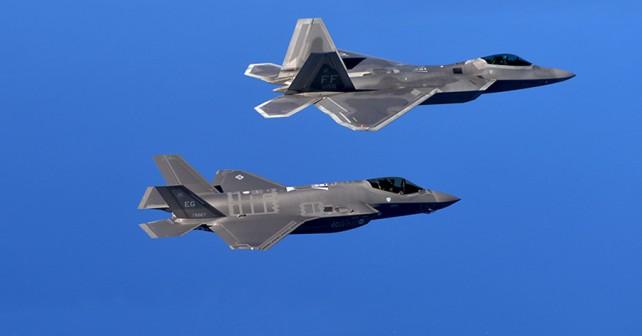 Lovca F-35 in F-22 (zgoraj)