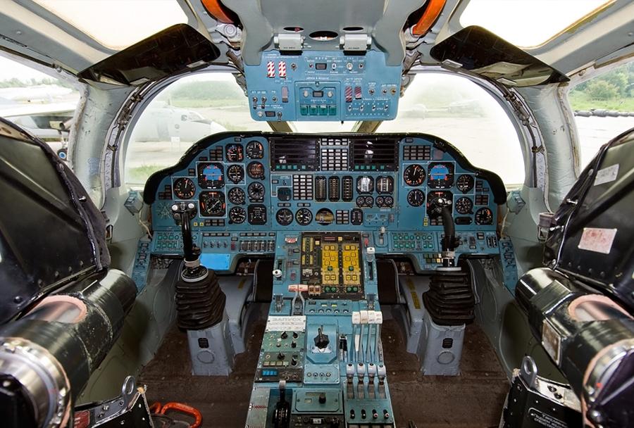 Ruski strateški bombnik Tu-160 - kokpit