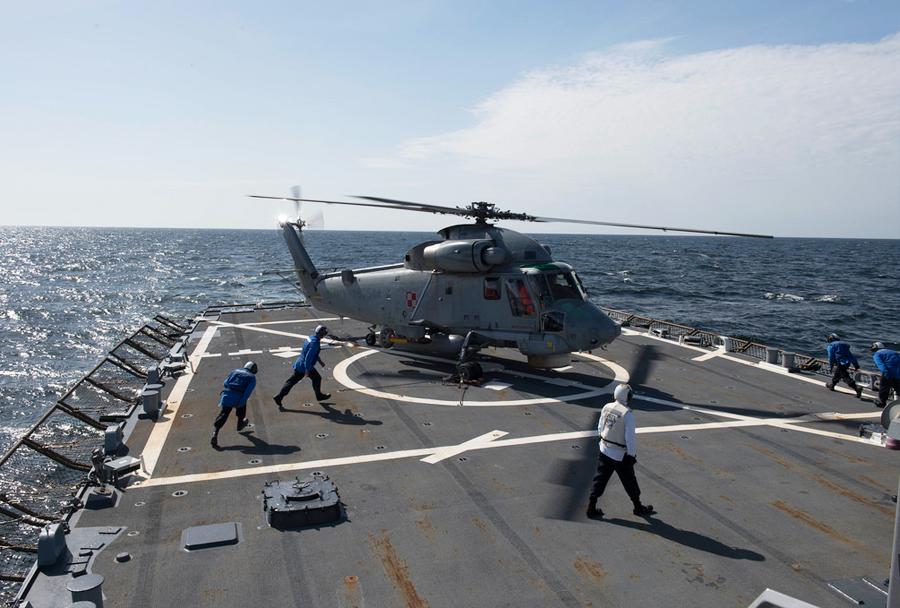 Poljski helikopter SH-2G na krovu rušilca USS-Donald Cook