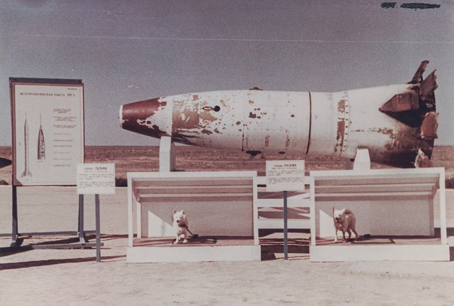 Izstrelišče Kaputsin Yar - raketa R-2A s psoma Palmo in Biterjem po pristanku