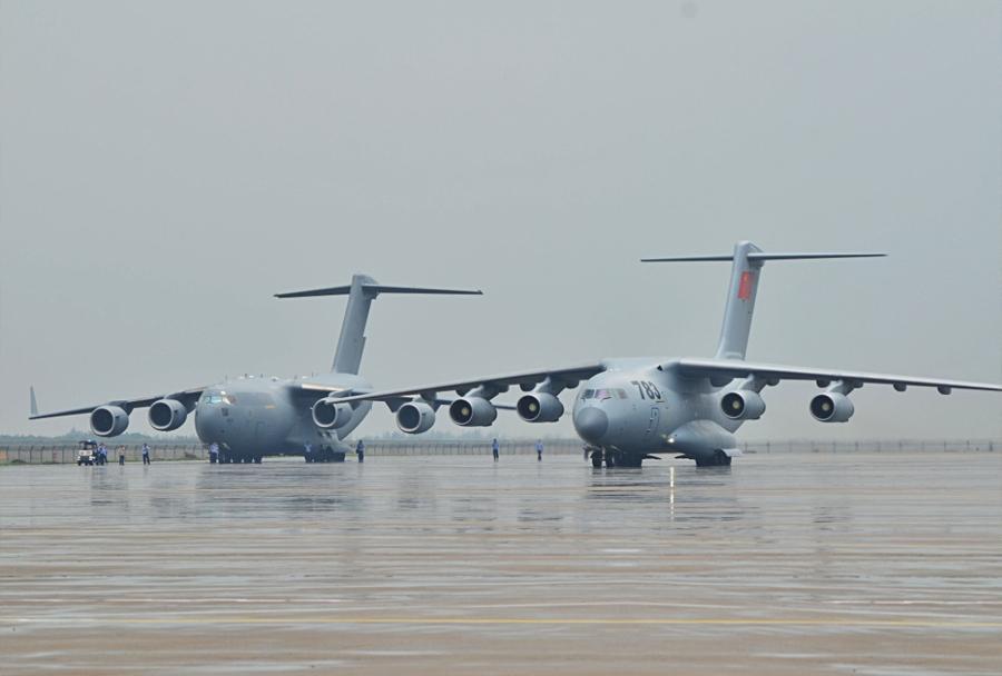 Težki transportni letali Xian Y-20 in C-17 globemaster