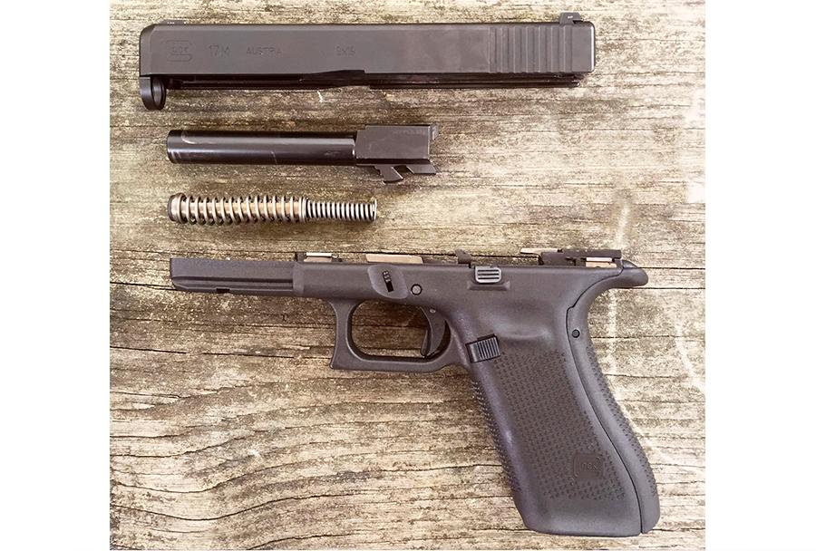 Pištola Glock 17M - na spodnji strani zaklepa sta vidni simetrični zarezi za zadržali zaklepa, ročaj je povečan s snemljivim hrbtom.