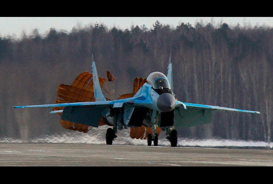 Testiranje pristajanja lovca MiG-35 s pomočjo padala.
