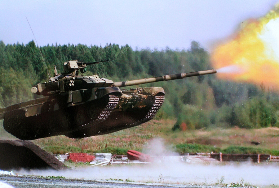 Tank T-90 na strelišču.