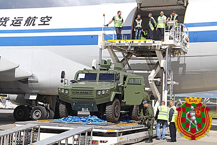 Kitajsko oklepno vozilo CS/VN3 ob prihodu v Belorusijo