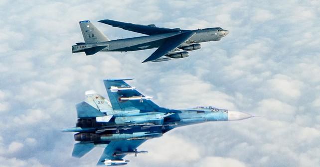 Ruski lovec Su-27 in ameriški bombnik B-52 (fotomontaža)
