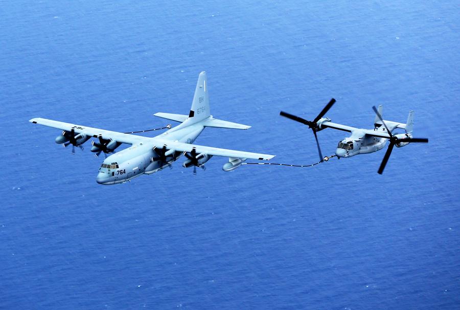 Leteča cisterna KC-130J hercules pri oskrbi MV-22B Ospreya
