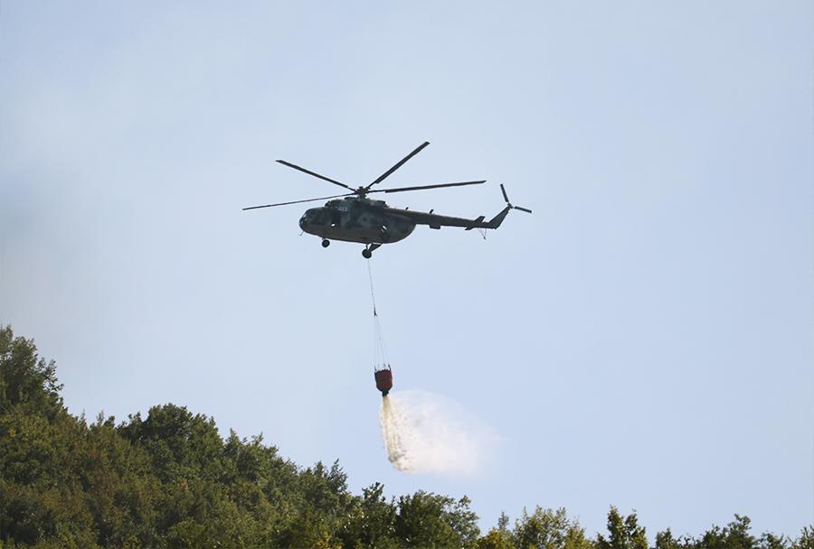 Helikopter Bolgarskega vojnega letalstva Mi-17 z identifikacijsko številko 417 med gašenjem požara pri vasi Osincani 5. avgusta 2017. (Foto: I. Božinovski).