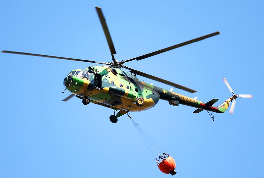 Mi-17 z registrsko številko 302 med gašenjem požara z ''bamby bucketom'' pri vasi Osincani 5. avgusta 2017. (Foto: I. Božinovski)