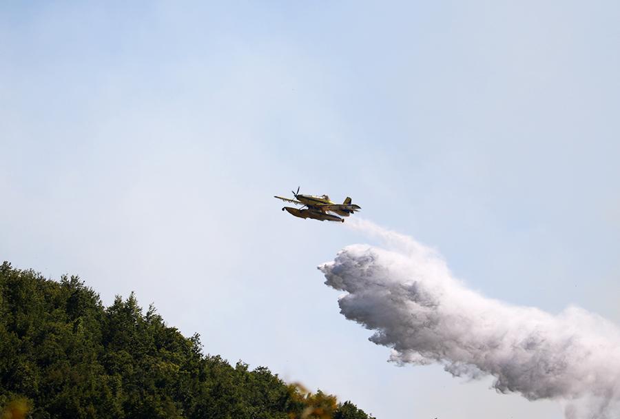 Air Tractor AT-802 fire boss Z3-BGV makedonskega Direktorata za zaščito in reševanje med gašenjem požara pri vasi Osincani  5. avgusta. (Foto: I. Božinovski)