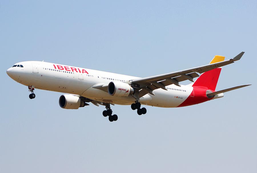 Airbus A330-302 Iberie Airlines z registracijo  EC-LZJ je iz  Madrida priletel v Skopje v letu IN 2800 7. avgusta ob 12.40. (Foto: D. Cvetić)