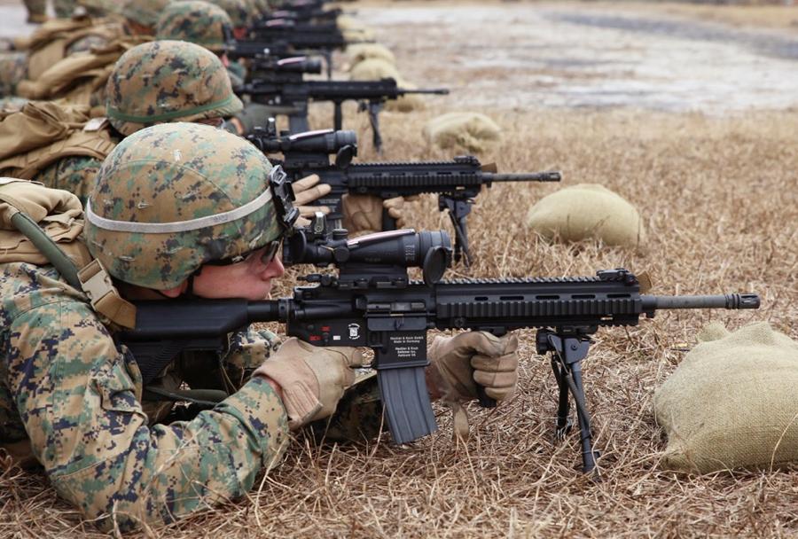 Marinci z avtomatsko puško M27