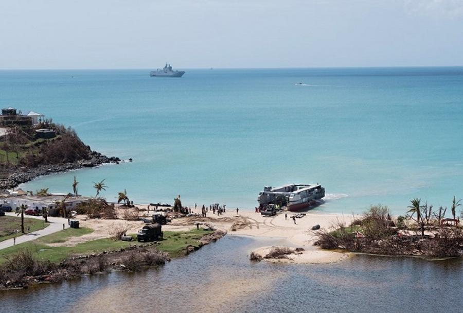 Pomoč Francoske mornarice na otoku St. Martin po orkanih Irma, José in Maria