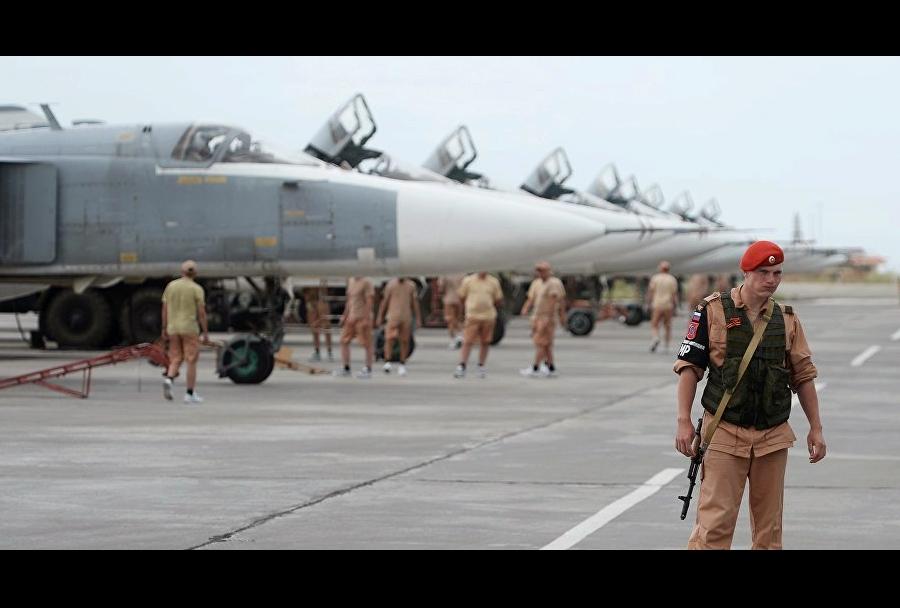 Ruska letala Su-24 v bazi Hmeymim v Siriji
