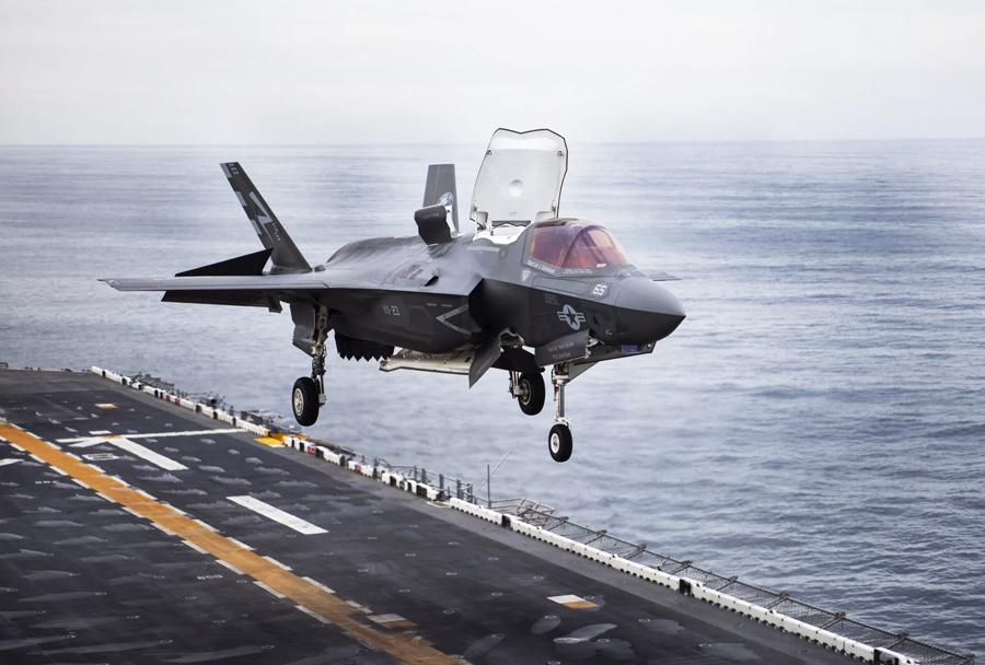 Mornariški lovec F-35B ob pristajanju na USS Wasp