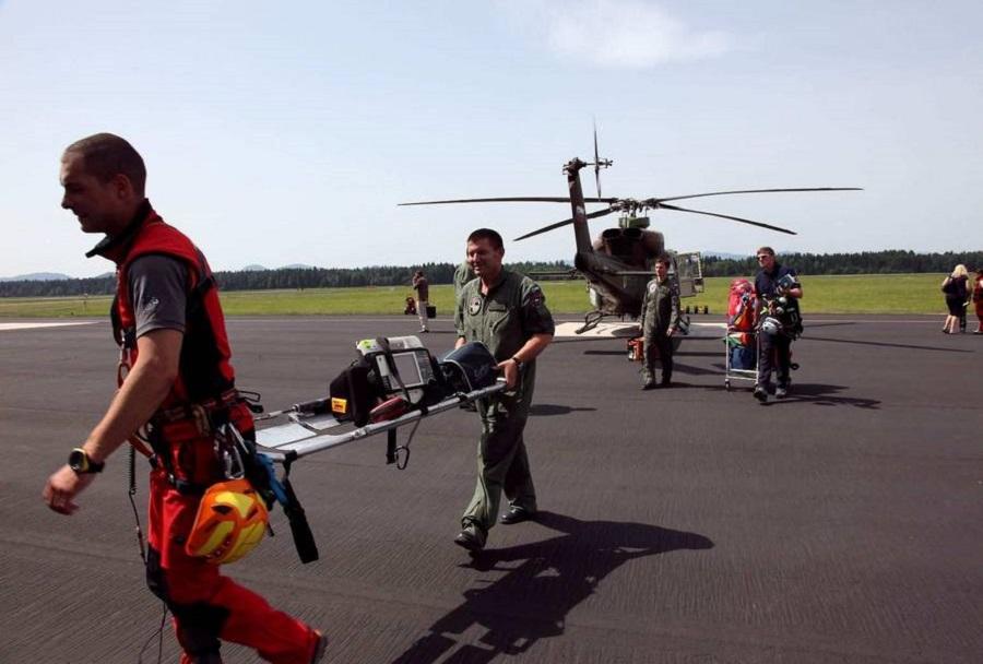 Reševalci in helikopter Slovenske vojske Bell 320