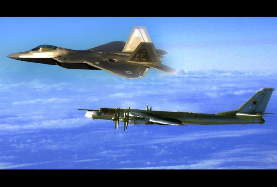 Ameriški lovec F-22 in ruski bombnik Tu-95