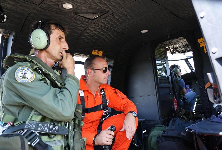 Na krovu albanskega helikopterja AS-532AL med upravljanjem Bamby MAX