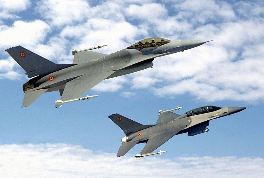 Par romunskih lovcev F-16