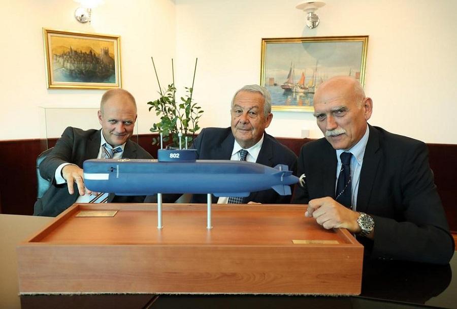 Lastnik Adria-mara Mladen Saric z maketo podmornice s sodelavcema