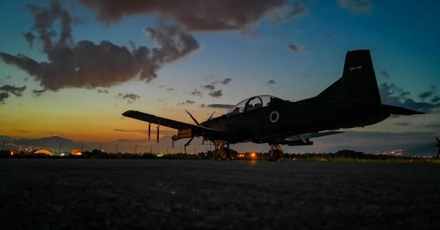 Slovensko vojaško letalo Pilatus PC-9M hudournik na letališču Petrovec v Makedoniji