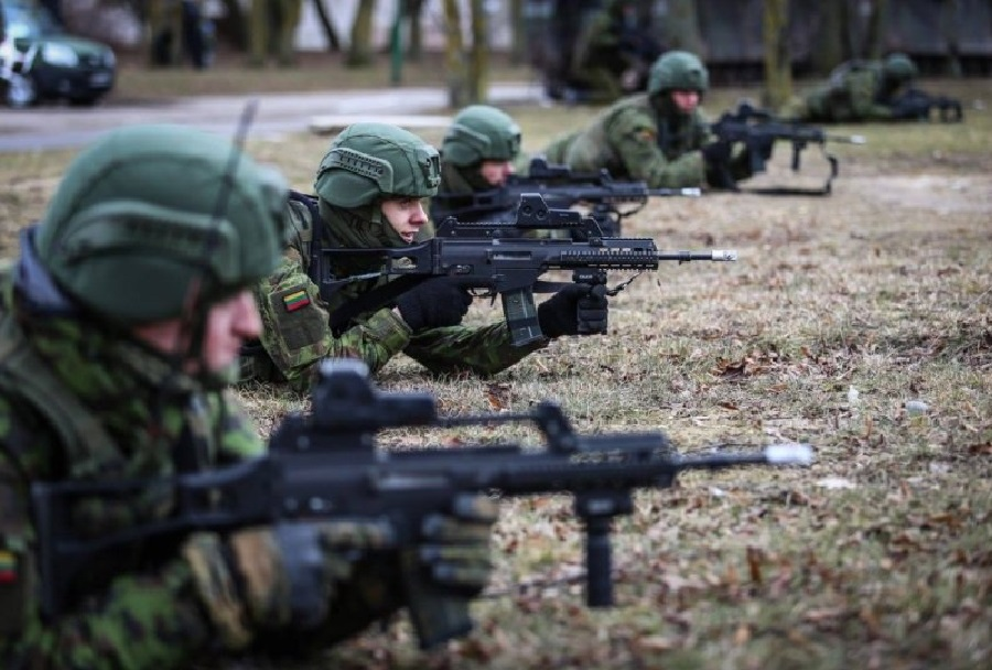 Litovski vojaki s puškami HK G36