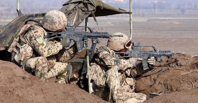 Nemška vojaka na misiji ISAF  s puškama H&K G36