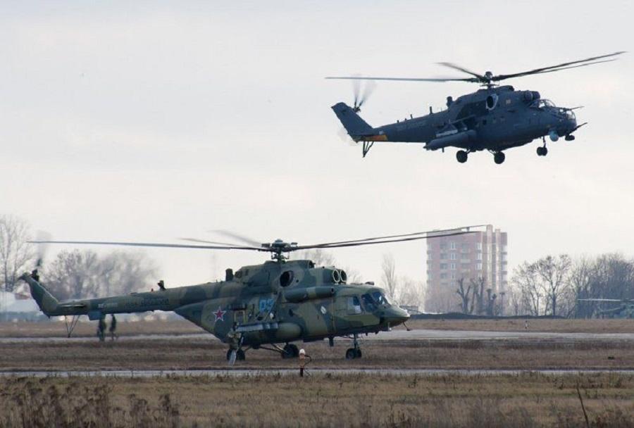 Helikopterja Mi-17 in Mi-35 v ozadju